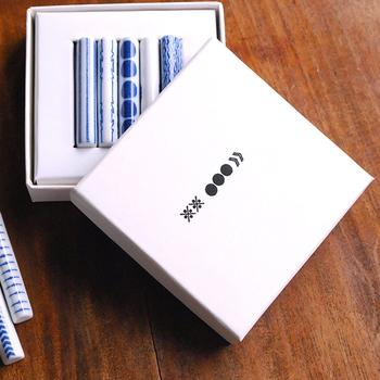 こちらは箸置きが5本ぴったり収まる専用ギフトボックス(別売り)です。こうしてきちんと並んでいると、より可愛らしいですね。