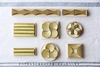 すべてのシリーズは、こんなふうにパズルのように組み合わせて木箱に収めることができます。家紋にも似た凛とした雰囲気もあり、光の当たり方によって表情を変える柔らかい真鍮の輝きもとても上品です。