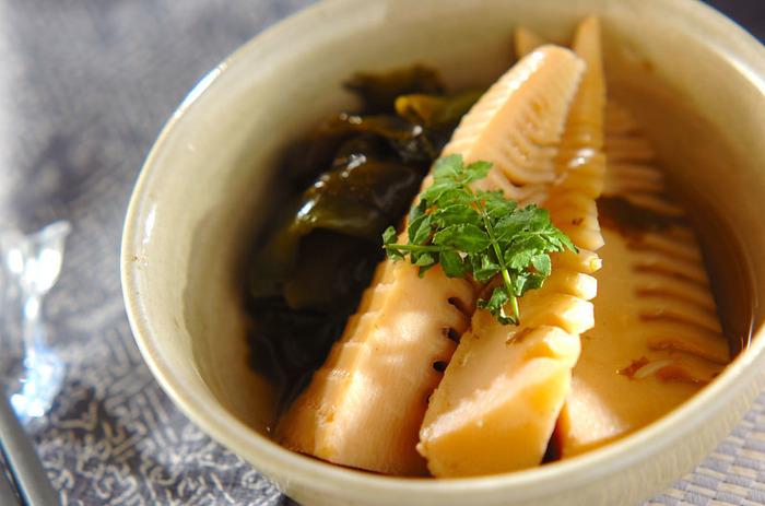 たけのこの煮物の大定番。相性の良いワカメと一緒に、あっさりとした出汁で煮含めた若竹煮です。