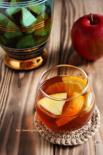 熱い紅茶とカットフルーツを合わせるところまでは、基本の作り方と同じ。そこから仕上げにリンゴ100%ジュースを加えて味わい深さをプラス。シナモンの香りが本格的で大人の雰囲気。
