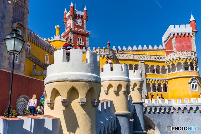 まるでおとぎ話の中に出てきそうな「ペーナ宮殿」。複数の違う建築様式で出来ていて、少し不思議なコントラスト描いているところが面白味です。