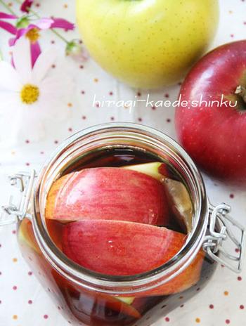 フルーツと紅茶のティーバッグを容器に入れて、ブランデーを注ぐだけで作れるフルブラ。爽やかなリンゴと紅茶の香りが溶け込んだフルブラは、大人だけのお楽しみ♪