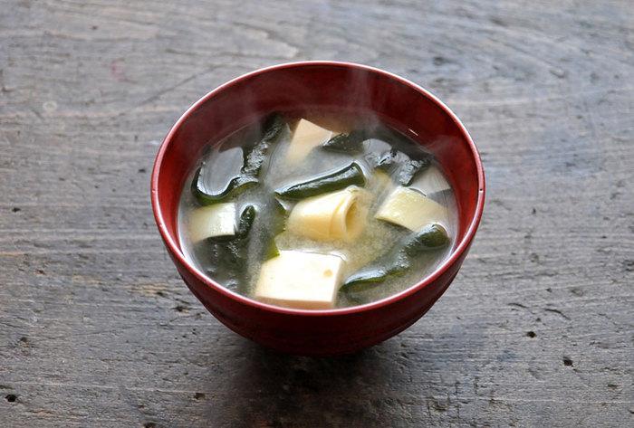 季節を感じるやさしい味わいのお味噌汁です。姫皮は生で食べられるので、味噌を溶いたあと、いちばん最後に投入します。