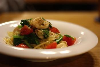 エスプレッソとの相性抜群の自慢のパスタは、イタリア・グラニャーノ産の乾麺を使い太めでモチモチ食感がたまりません。オイルベース・トマトベース・クリームベースの常時3種類を選べるそう。 エスプレッソに合う、パニーニやスイーツなども美味しいと評判です。