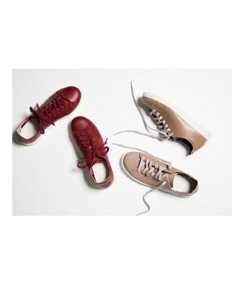 先述のNUUDE Wのカラーはとても上品♪スニーカーなのにスニーカーっぽくない、モカのようなベージュとボルドーの2色です。