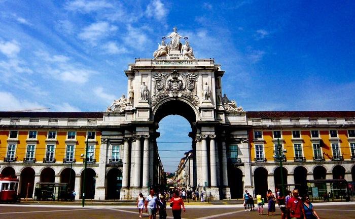 黄色がとってもキュートで目を引く「コメルシオ広場」はリスボンの玄関口のような存在。周辺はお洒落なカフェやレストランに囲まれています。