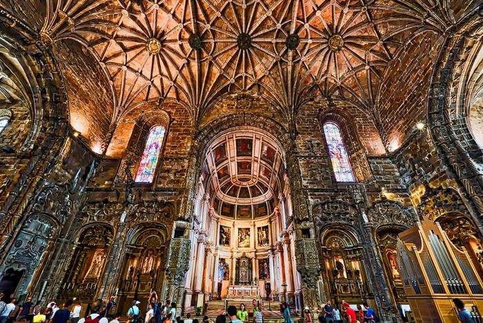 修道院内の内装も豪華なつくりになっていて、高くたたずむ柱はヤシの木をモチーフにしているそう。色鮮やかなステンドグラスも印象的です。