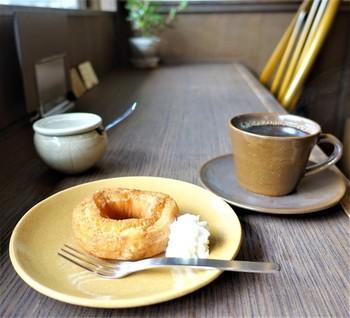 毎朝、自家焙煎した煎りたての新鮮な豆を挽いて、丁寧にハンドドリップで淹れた珈琲は、ブレンドとストレートが3種類。コーヒーと相性が良いドーナツを一緒にいかがでしょうか?厚焼き玉子を挟んだたまごサンドや、フレンチトースト、パウンドケーキなどもおすすめです。
