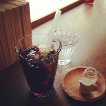 京都特有の深煎りコーヒーが、読書にはぴったり。メニューはいたってシンプルですが、サンドイッチやチーズケーキもあります。