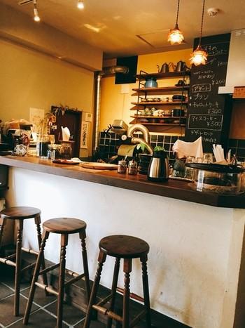 鳥が集う木のように、そっと羽根を休められるようなカフェにと、「鳥の木珈琲」と名付けたそうです。  その名の通り、アンティークな雰囲気のインテリアが、くつろぎの空間を創り出しています。