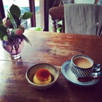自家焙煎したコーヒー豆を、注文が入ってから挽き丁寧に淹れるコーヒーが自慢です。手作りの優しい味のプリンも人気。朝9時からの営業は、観光客には嬉しいですね。