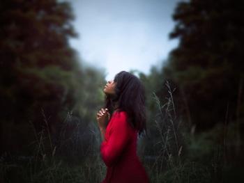 「悩む」とは思考停止をした状態、という考え方もあるほど。さすがにそう言い切ってしまうのは、情緒に欠けるし、悩みの中にこそ、人間の感情の豊かさは表れ出るもの。でも、ただ悩んでいるだけで一向に前へすすめないのはもったいない。自分自身の置かれた状況を冷静に分析し、決断する強さを持ちたいですよね。