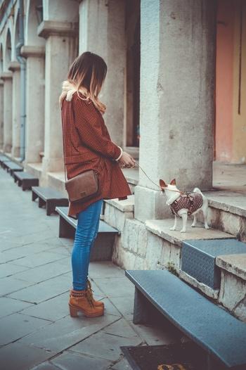 足に合っていて、脱いだり履いたりすることがスムーズな靴を選びましょう。もちろん、一日中靴を脱ぐ機会がないときは、どのような靴でも構いません。自分の足にぴったり合ったお気に入りの靴を楽しんで。