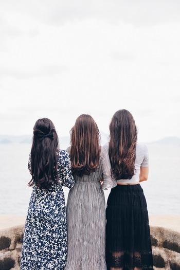 人は見た目ではないと言いますが、初めて会う人の場合は見た目で判断する割合が多くなります。TPOに合わせた服装や髪型であること、こざっぱりとした清潔感等が好印象につながります。