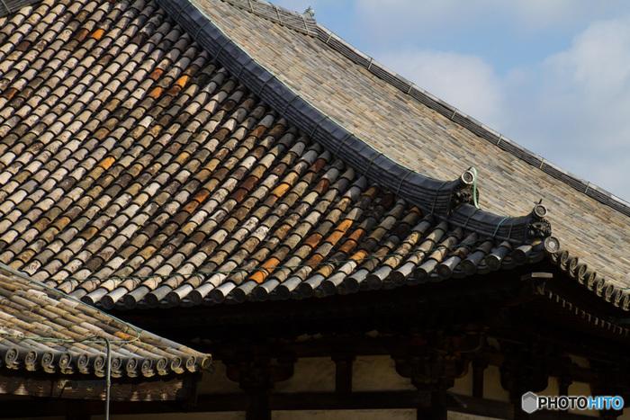 この「極楽堂」の瓦は法興寺のものがそのまま使われているため、日本最古のものです。また、瓦が重なり合って噴かれているのも特徴で、これは法興寺創建当時の「古式瓦」の方法です。