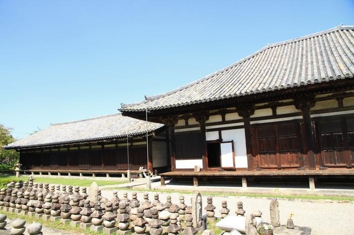 世界遺産の「元興寺」。ならまちの中心部にあり、南都七大寺の一つです。日本最古の本格的な仏教寺院「法興寺」が平城京遷都の際に飛鳥から移築され、元興寺と改められました。かつては、ならまちのほぼ全域が元興寺の旧境内だったほど広大な境内でした。