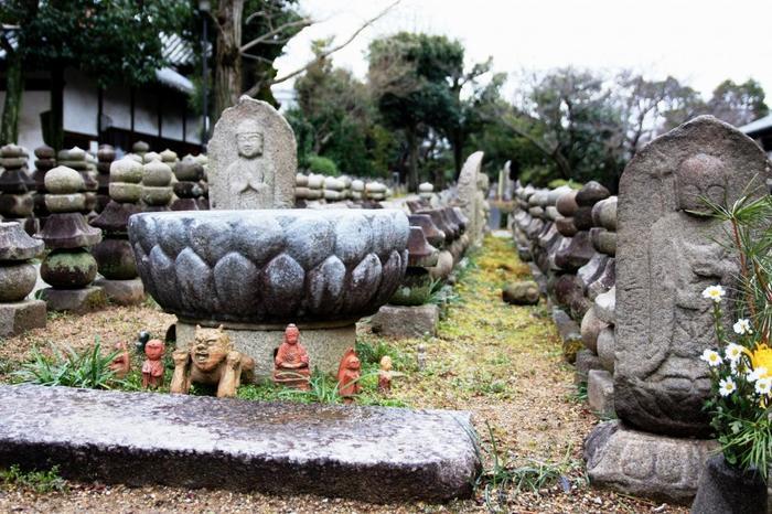 こちらは「浮図田(ふとでん)」。浮図(石塔・石仏の総称)を田園の稲のように並べた、中世の供養の方法です。様々な石塔や石仏が並んでいる様は圧巻。