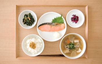 毎日の食事は元気の源!自分の体にとってどんな食べ物が良いのか?安全な食べ物は何か?食に関わる人たちへの感謝など、毎日の食卓から学ぶことはたくさんあります。
