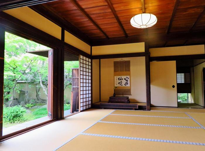 襖・障子・床の間・角柱など、書院造りの特徴は現代の和室の様式に受け継がれているのが見て取れます。