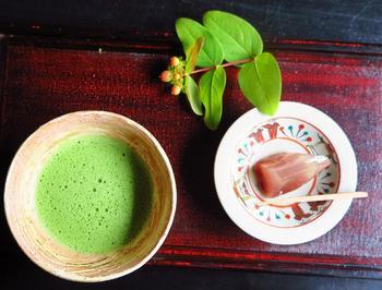 庭を眺めながら抹茶と和菓子を頂くことができます。こちらの和菓子の器は、伝統的な「奈良絵」が描かれたもの。素朴で色鮮やかなタッチが特徴です。