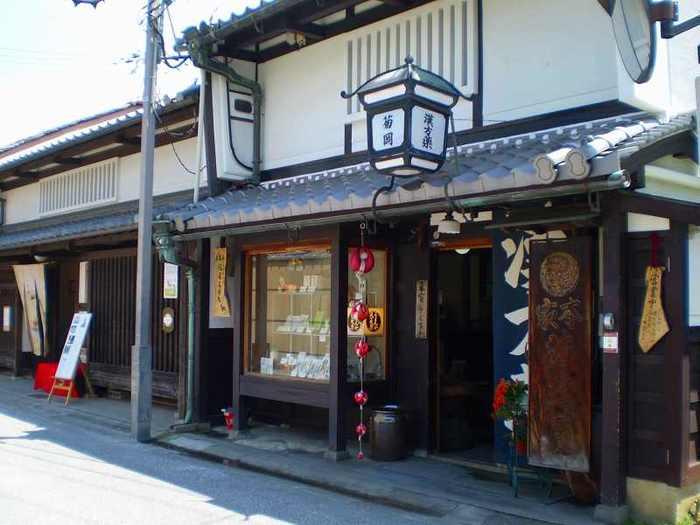近鉄奈良駅の南東部に位置する「ならまち」。平城京の「外京」で、当時の碁盤目状の道を元に発展しました。太平洋戦争の戦火を免れたため、今でも江戸時代末期~明治にかけての町家の街並みが残されています。