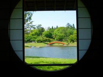 隣接する「名勝大乗院庭園文化館」では大乗院に関する展示がなされている他、庭園を眺めながら休憩することができます。こちらは和室からの眺め。丸窓が素敵ですね。