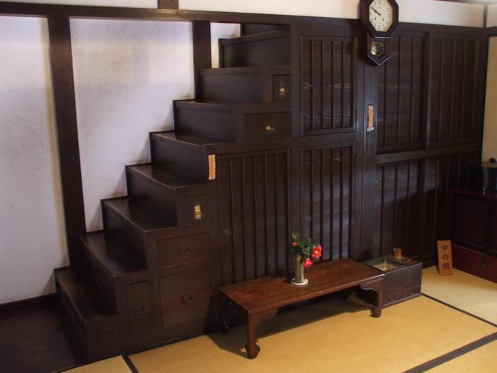 2階へ上がるための階段は「箱階段」となっており、引き出しや戸棚が付いた収納スペースになっています。狭い町家で階段下の空間を有効活用する、当時の人々の知恵ですね。