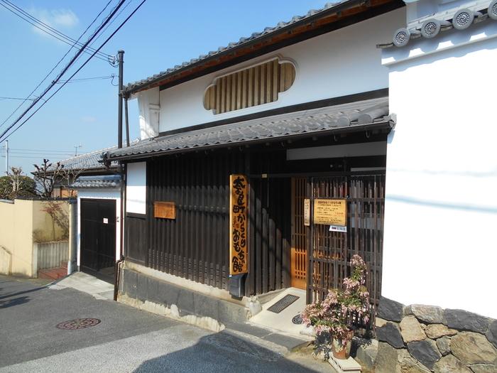 レトロな街並みを歩いているだけでも楽しいならまちですが、ご紹介した以外にも江戸時代のおもちゃで遊べる「奈良町からくりおもちゃ館」、日本では珍しい石仏が見られる「十輪院」などまだまだ見所はたくさんあります。今西家書院や町家カフェなどで休憩しつつ、ならまちの魅力をじっくり堪能してくださいね。