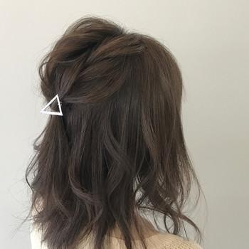髪に表情があるパーマヘアは、ヘアアレンジも手軽にきまります。シンプルなピンをつけるだけで、ほらご覧の通り♪