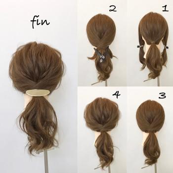後ろで結わえるシンプルアレンジも、パーマヘアならあっという間に雰囲気漂うオシャレヘアアレンジに。  (1)左右を残して結わえてから(2)左右の髪をクロスさせてまとめ、お好みのヘアアクセで留める「こなれポニー」は簡単なのに、とってもおしゃれ。