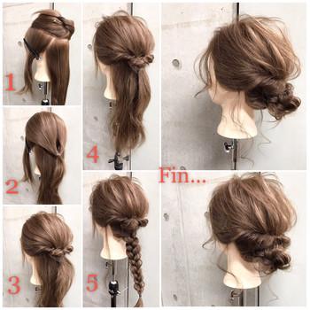 ロングヘアさんにおすすめのヘアアレンジです。  (1)頭頂部、左右、バッグで4パートに分け、(2)頭頂部だけでくるりんぱ。 (3)左右の髪をくるりんぱした部分に巻き付け (4)下に垂れた髪で三つ編みし、外巻きに丸めながら襟足あたりでピン留めします。  おくれ毛をコテで巻くと、より華やかな雰囲気に。