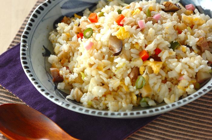 筑前煮は野菜や肉がバランス良く入っていて火も予め通っているので、炒める時間も短くてOK?卵とかまぼこを加えると、彩りも鮮やかになりますね。