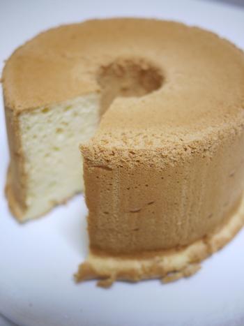 「絹」(シフォン)という名前がつく程きめの細やかなシフォンケーキ。クリームなどを添えなくても、そのままで十分美味しく頂けます!プレーンのシフォンケーキなら、朝食にもおすすめですよ。基本のシフォンケーキをマスターすればアレンジは簡単!ポイントを抑えて、自分のものになるまで何度か挑戦してみるといいですね!