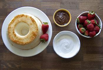 シフォンケーキは生地を何枚かにスライスして、生クリームやチョコレート、フルーツなどでデコレーションを楽しむことも出来ます。おもいおもいにアイデアを膨らませて、素敵なデコレーションを楽しんでみて下さいね♪