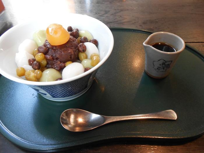 2階の甘味処では、しっとりした小豆とつるっとした白玉が美味しい人気のあんみつがいただけます。銀座で和の老舗の味を楽しむのも良いものです。