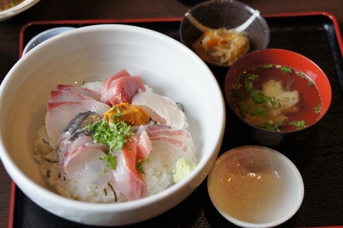 お昼時はリーズナブルな定食や丼ものがおすすめ。新鮮な旬の魚を使っていて、オーソドックスな味付けでとても美味しいです。