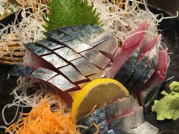 サバのお刺身は、新鮮なサバが手に入る北部九州ならでは。見つけたらぜひ食べてみてくださいね。なお鮮魚会館の1階には、上に紹介した2店以外にも、お寿司屋さんや定食屋さんなど魚料理の食堂が入っていますので、是非チェックしてみてくださいね。