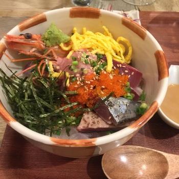 博多駅近くにある、長崎県対馬市のアンテナショップ「よりあい処つしま」。小民家を改装した落ち着いた雰囲気の店内で、写真のお魚の日替わり定食や、海鮮丼、煮穴子丼など、対馬の名物料理をいただけます。アンテナショップなので、物販もあります。