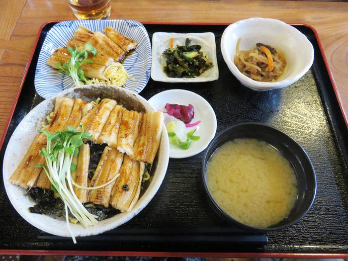 対馬名物の穴子はとてもおいしいですよ。夜の営業時間には、穴子の白焼き、天ぷら、煮穴子などがおつまみとして食べられます。