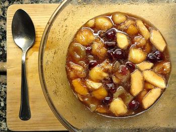 お水と砂糖とフルーツを、10分ほどコトコト煮てからよく冷やして紅茶と混ぜる方法です。お気に入りのフルーツが生で手に入らない季節は、冷凍のフルーツでもOKです。