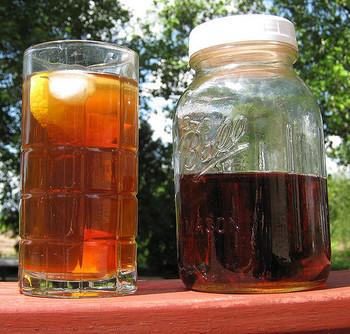 お水とティーバッグ、フルーツ、ハーブなどをメイソンジャーに入れ、太陽の下においてゆっくりと成分と香りを抽出する方法です。まさに太陽の恵みでできているので、「サンティー」と呼ばれています。