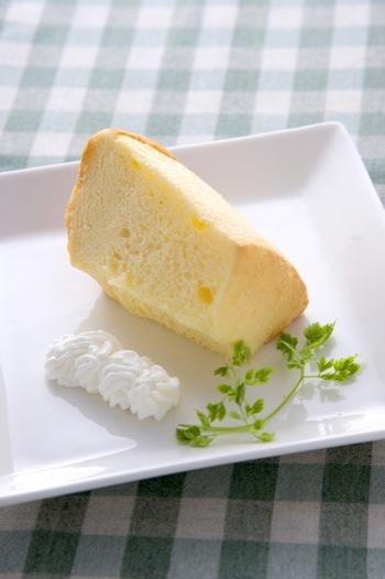 ベーシックなシフォンケーキは、卵、砂糖、油、薄力粉などシンプルな材料があれば大丈夫。基本の作り方をいくつかご紹介します。