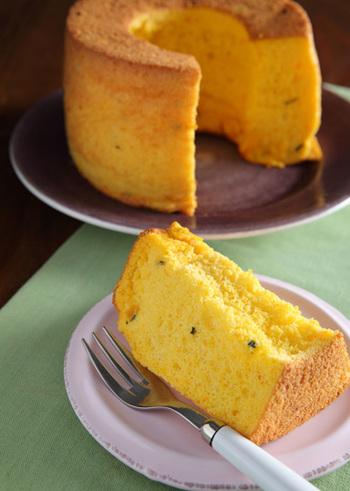 ベーキングパウダーを使わずに高さのあるシフォンケーキを作るには、卵白を多く入れます。焼き足りないとしぼみやすいのでご注意ください。