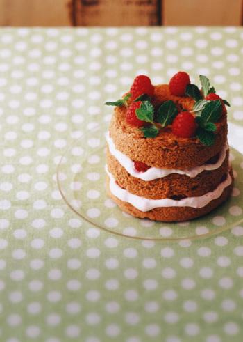 シフォンケーキは、そのままシンプルにテーブルに出すのも素敵ですが、フルーツなどでデコレーションしてもキュートな表情になったりしますね。