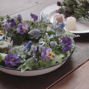 花のある生活は暮らしに潤いを与えます。きれいな花々を自分の手でもっと素敵にアレンジできたら、プレゼントやおもてなしにぜひ使いたいですね。1日完結のスクールや初心者向けのレッスンもありますので、気軽に始めてみてはいかがでしょうか。最近人気のテラリウムも手軽にできておすすめですよ。