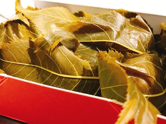 鶴屋寿は、昭和23(1948)年に鶴屋吉信から独立した嵐山の老舗和菓子店。京都吉兆等嵐山の高級料亭の茶菓子や手土産として親しまれている有名店です。鶴屋寿の名物は、何と言っても『嵐山さ久ら餅』。