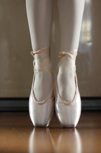 子ども時代に憧れていたバレエを、大人になってから習ってみるのも素敵ですね。初心者から始められる教室もありますよ。体のラインがきれいになるバレエは、女性らしいしなやかさが身につくのでぜひ習ってみたいですね。