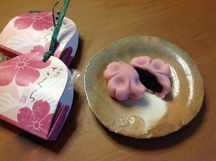 笹屋伊織は、亨保元(1716)年創業の老舗店。 もちもちとした皮生地でこし餡を巻き上げた、代表銘菓「どら焼」は、京都でも人気の銘菓ですが、桜の季節なら、春の情景を映した、生菓子の『伊織のさくら』がお勧め。桜風味のこし餡がたっぷりと詰まった京都らしい和菓子です。パッケージも愛らしく、日持ちもするので、お土産にぴったりです。