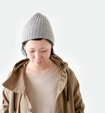 折り返しのないニット帽もショートヘアさんにおすすめ。頭の形に沿うようなフィット感がおしゃれです。折り返しアリのニット帽よりも、やや浅めにかぶるのがポイント。
