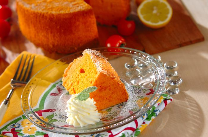 もう一つ、野菜のシフォンケーキをご紹介。こちらは、トマトを使った赤いシフォン。手作りのレモンクリームを添えて、爽やかにいただきます♪こんなアレンジも楽しいですね。